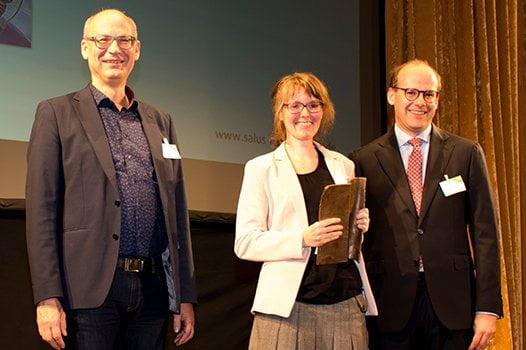 Preisträgerin Angela Lieber mit Juror Valentin Thurn und Dr. Florian Block