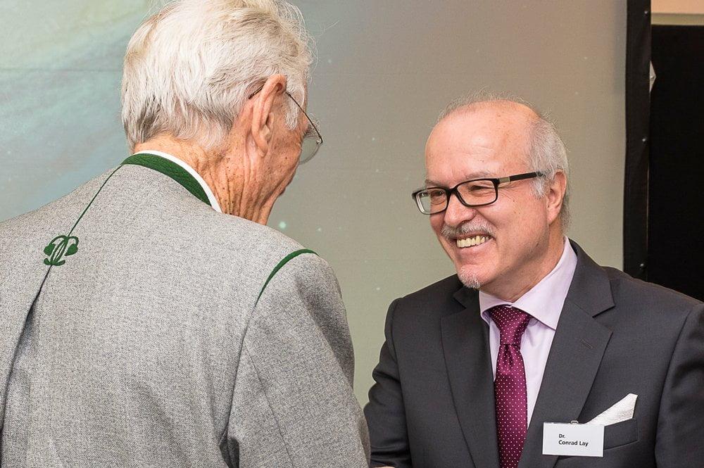 Otto Greither beglückwünscht den Preisträger Dr. Conrad Lay