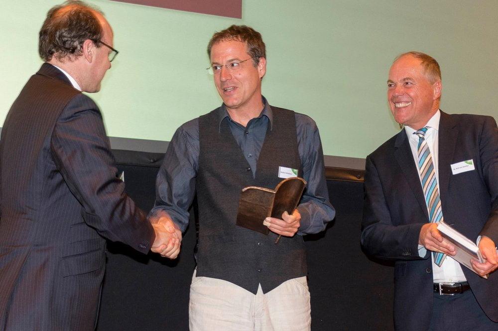 Stefan Schwarzer (mitte) erhält den Hauptpreis