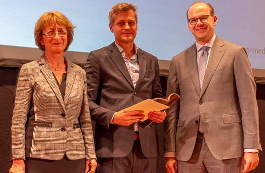 Peter Kreysler (Mitte) erhält den Hauptpreis