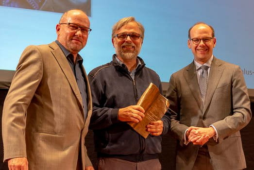 Alexander Schiebel (Mitte) erhält den Hauptpreis