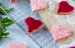 Rosa Butterkekse mit pinkem Zuckerguss